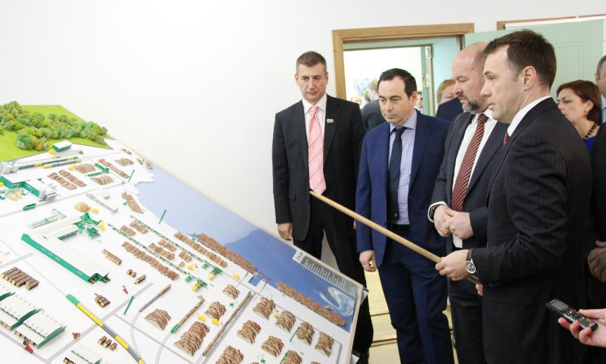 Михаил Папылев продемонстрировал гостям макет будущего производства, подробно рассказав обо всех параметрах проекта.
